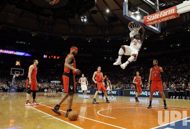 New York Knicks Nate Robinson dunks at Madison Square Garden