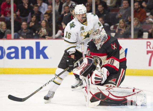 Stars Burish tries to score on Blackhawks Crawford in Chicago