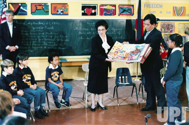 Philippine President Corazon Aquino presents artwork to children San Francisco's John Swett Alternative School