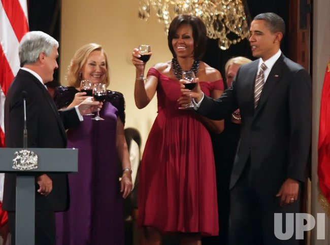 Chilean President Sebastian Pinera, his wife Cecilia More, U.S. President Barack Obama and First Lady Michelle Obama toast before dinner in Santiago