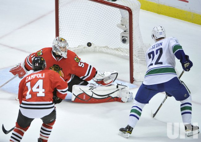 Canucks Sedin scores on Blackhawks Crawford in Chicago