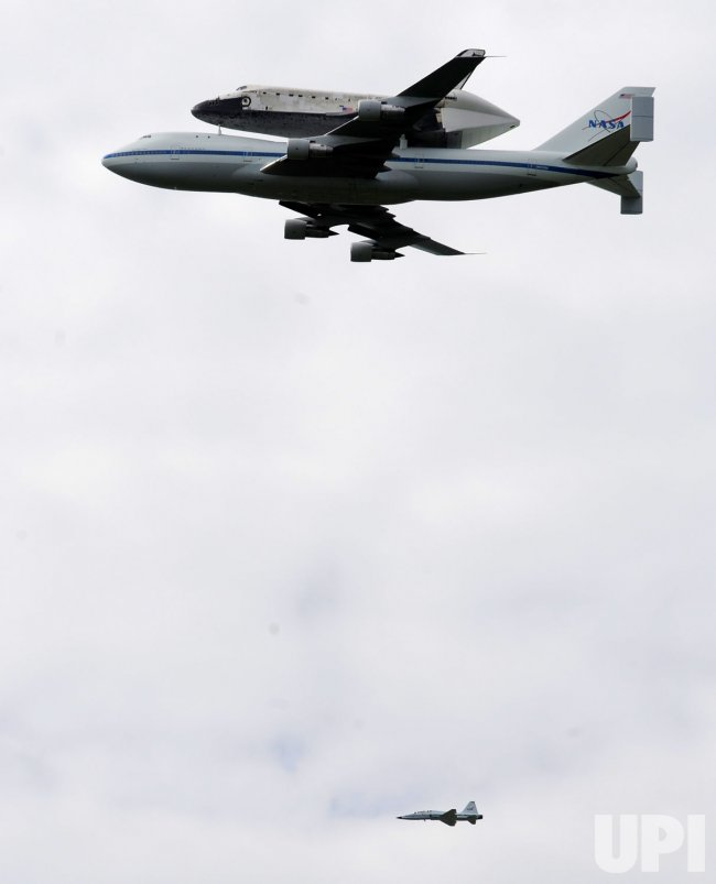 Space Shuttle Discovery passes over Washington enroute to Smithsonian Museum