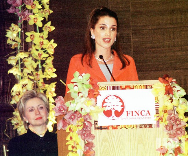 Queen Rania of Jordan presents award to First Lady Hillary Clinton