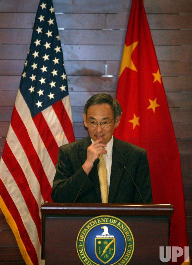 U.S. Secretaries Chu and Locke hold press conference in Beijing