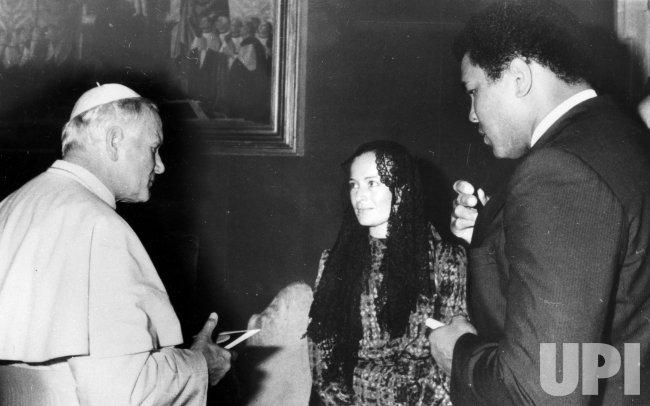Muhammad Ali meets with Pope John Paul II