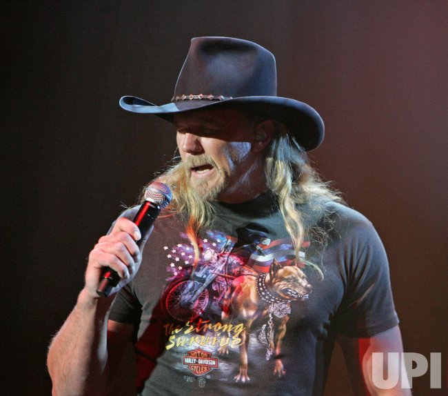 TRACE ADKINS IN CONCERT