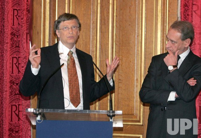 Bill Gates signs agreement with the city of Paris
