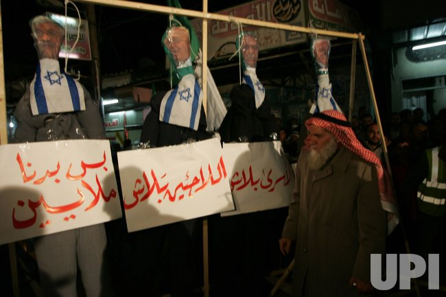 Palestinians Supporter of Hamas Attends Against Palestinian Negotiators With Israel