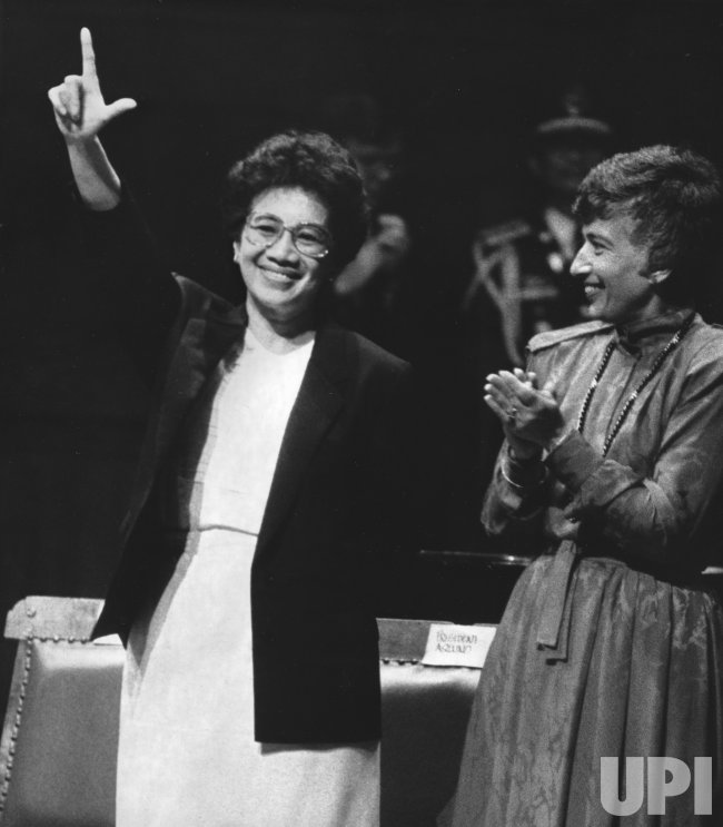 Corazon Aquino gives the Philippine revolution sign at Harvard