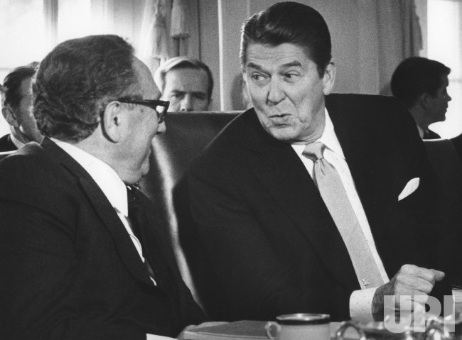 Henry Kissinger briefs Ronald Reagan on the Central America report