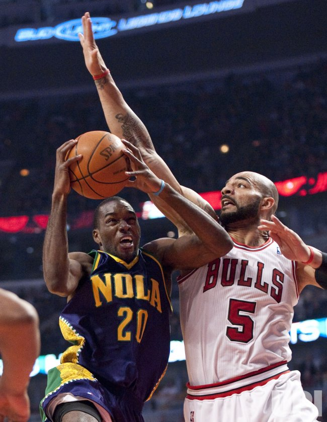 Hornets Pondexter shots as Bulls Boozer defends in Chicago