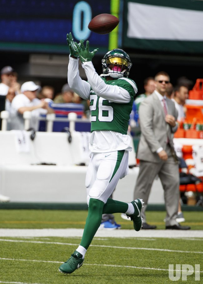 New York Jets Le'Veon Bell catches the ball