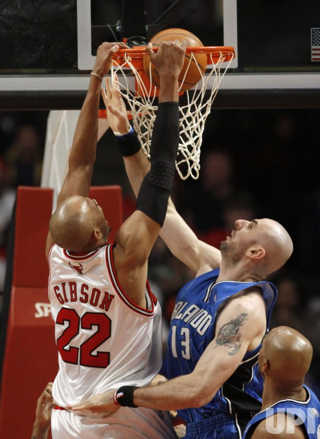 Bulls' Gibson dunks over Magic's Gortat in Chicago