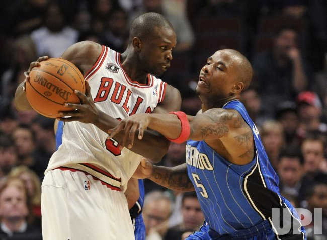 Bulls Deng drives as Magics Richardson defends in Chicago