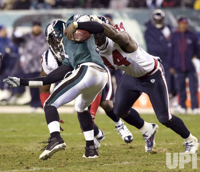 Houston Texans Antonio Smith tries to sack Philadellphia Eagles quarterback Michael Vick