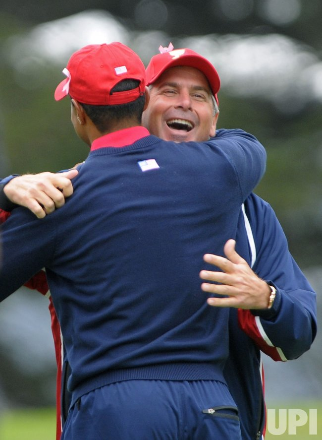 Fred Couples hugs Tiger Woods as the U.S. team wins the 2009 Presidents Cup in San Francisco
