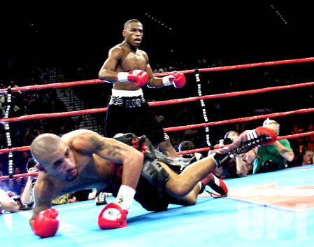 Floyd Mayweather Jr retains title