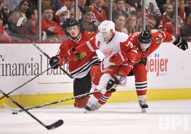 Blackhawks Skille, Kopecky and Red Wings Datsyuk go for puck in Chicago
