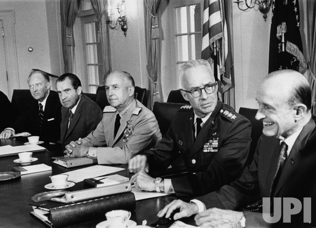 Pres. Nixon meets with prominent US leader to stop troop withdrawal in Europe