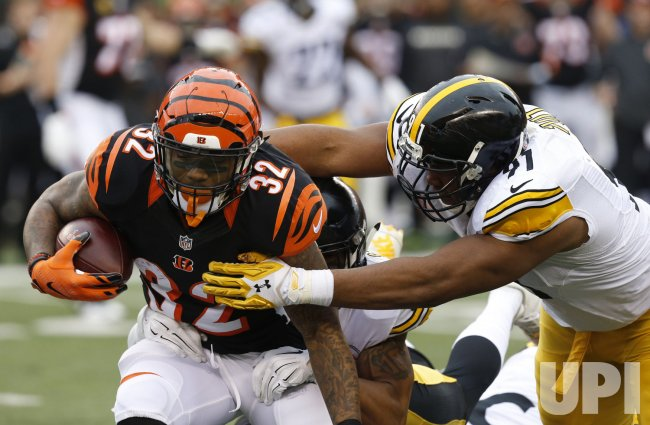 Bengals HB Jeremy Hill tackled by Steelers