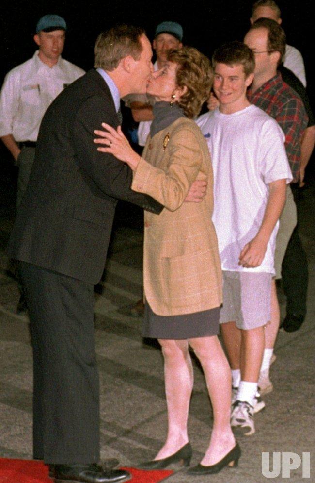 Lamar Alexander kisses wife