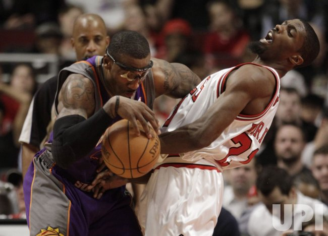 Suns Stoudemire drives on Bulls Warrick in Chicago