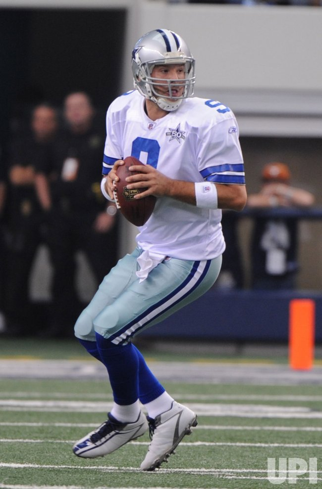 Cowboys quarterback Romo drops back against the Bears