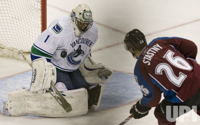 Canucks Goalie Luongo Stops Avalanche Stastny in Denver