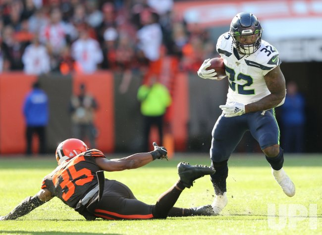 Seahawks Carson puts a move on Browns Whitehead