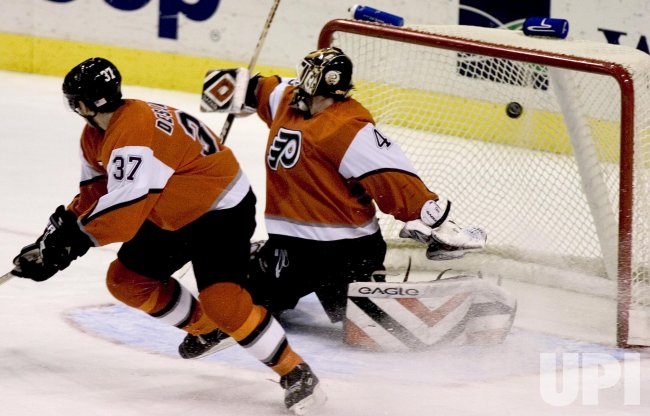 NEW YORK ISLANDERS AND PHILADELPHIA FLYERS IN NHL ICE HOCKEY