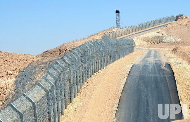 Israel Erects Fence On Egyptian Border Upi Com