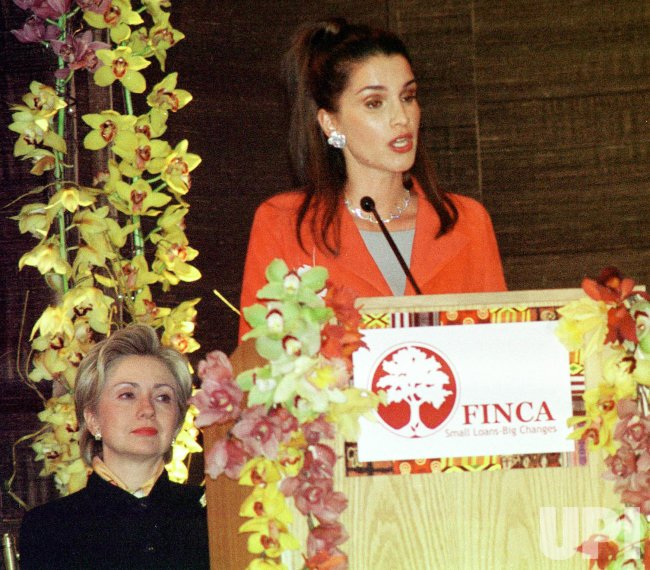Queen Rania of Jordan presents award to First Lady Hillary Clinton