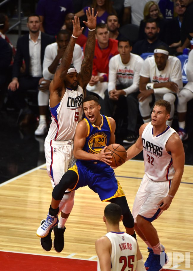 Warriors Stephen Curry looks for shot against Clippers Josh Smith