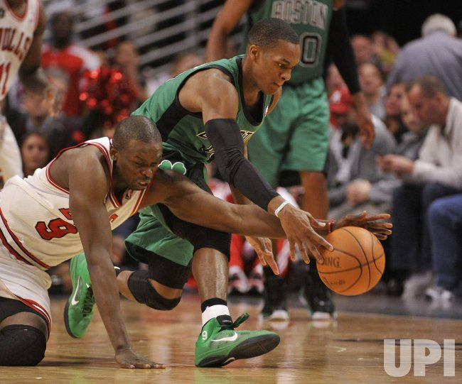 Bulls Deng and Celtics Rondo go for ball in Chicago
