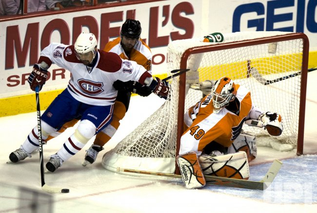 Flyers goalie Leighton pressured by Canadiens Plekanec in Philadelphia