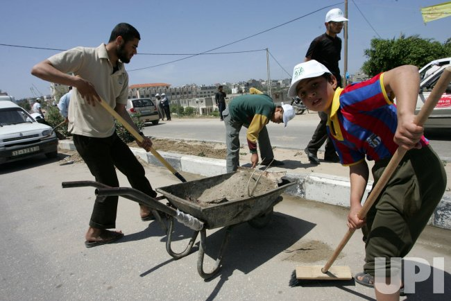 Palestinians Members of Hamas Are Cleaning Streets of Gaza