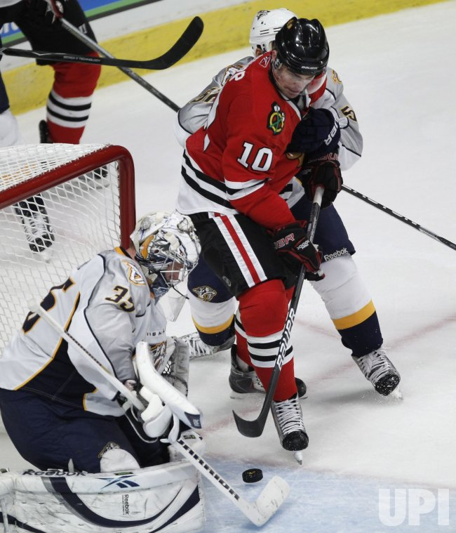 Blackahawks Sharp tries to score on Predators Rinne in Chicago