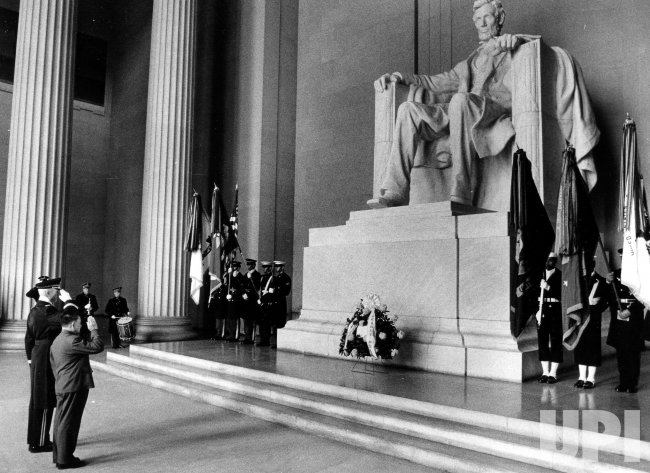 Deng Xiaoping salutes after placing a wreath at the foot of the statue of President Abraham Lincoln.