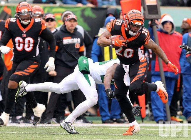 Bengals Joe Mixon fights to break free from Jets Arthur Maulet