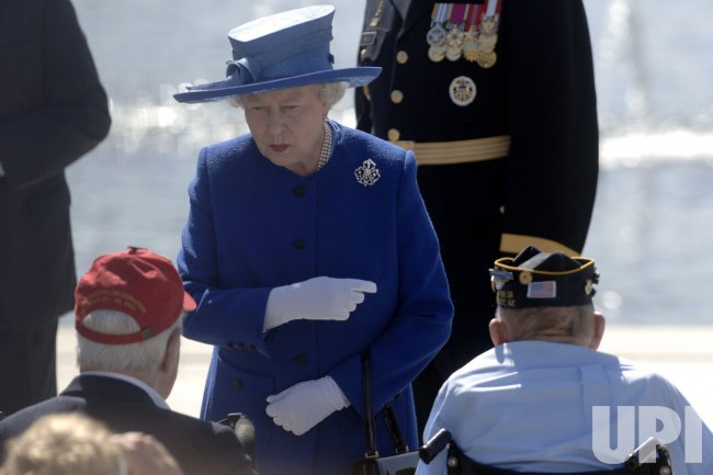 QUEEN ELIZABETH II VISITS WWII MEMORIAL IN WASHINGTON