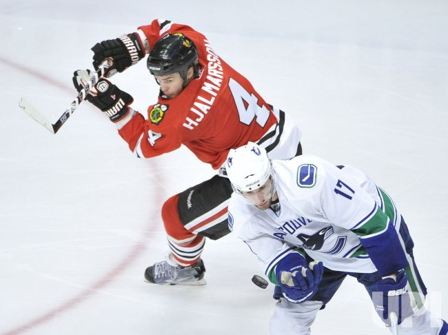 Canucks Kesler grabs puck against Blackhawks in Chicago