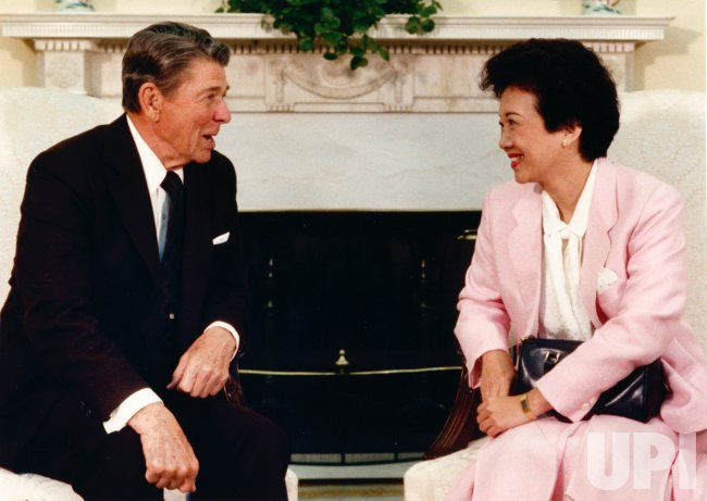 President Ronald Reagan and Philippine President Corazon Aquino meet at White House