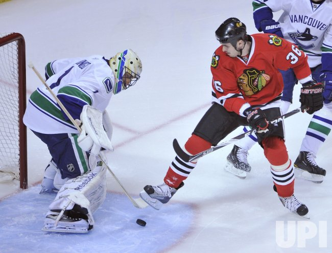 Blackhawks Bolland tries to score on Canucks Luongo in Chicago