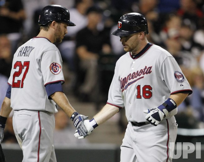 Twins Kubel scores on walk against White Sox in Chicago