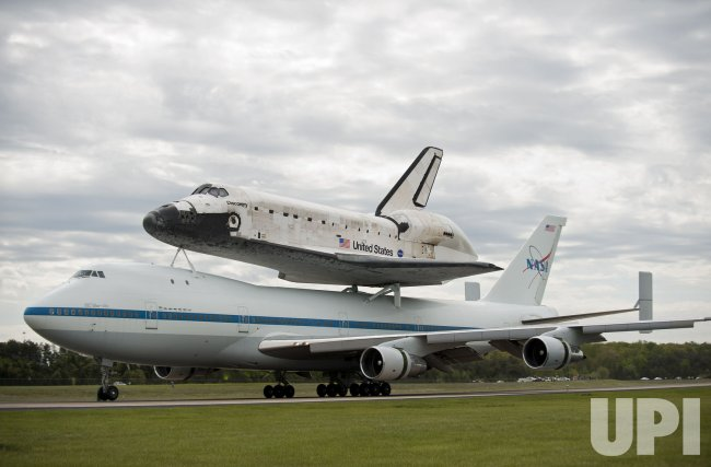 Space Shuttle Discovery arrives at Dulles International Airport in Virginia