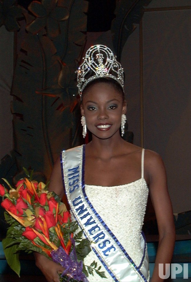 Miss Universe Crown >> Wendy Fitzwilliam wears MISS UNIVERSE 1998 crown. - UPI.com
