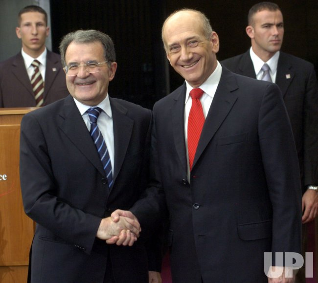 ISRAELI PRIME MINISTER WELCOMES ITALIAN PRIME MINISTER ROMANO PRODI AT HIS OFFICE IN JERUSALEM
