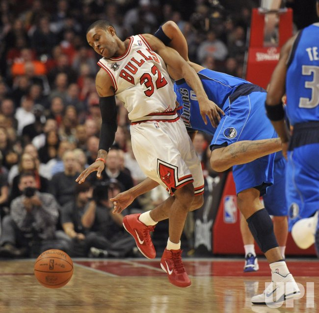 Bulls Watson looses ball against Mavericks Marion in Chicago