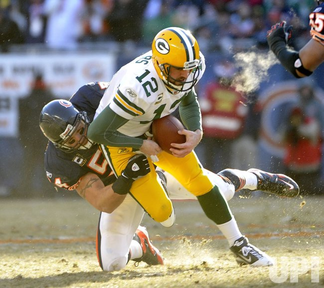Bears Urlacher sacks Packers Rodgers in Chicago