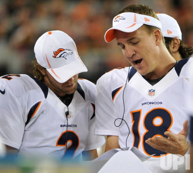 Manning and Weber look at pictures in Arizona